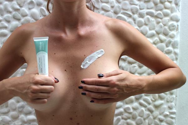La crema Alusac per attenuare i brufoli sul petto della donna.
